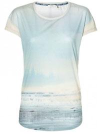 03df17afb60 Klasické dámské tričko s krátkým rukávem patří k hlavním pilířům našeho  šatníku. Můžeme mít doma desítky sukní